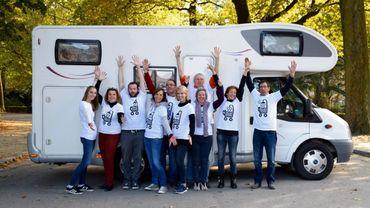 L'équipe de Rolling Douche présente fièrement sa douche mobile pour venir en aide aux sans abri