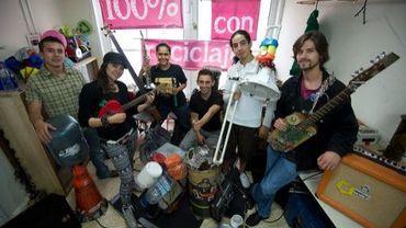 """Les membres du groupe colombien """"Latin Latas"""", le 21 août 2013 à Bogota"""