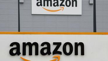 Le logo d'Amazon à l'entrée d'un centre de logistique à Lauwin-Planque, dans le nord de la France, le 4 mars 2019
