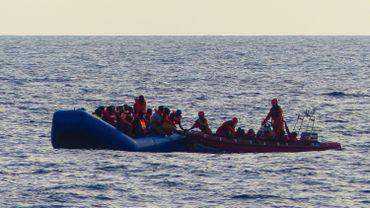 Malgré les menaces des garde-côtes libyens, l'ONG Sea-Eye récupère 90 migrants en Méditerranée