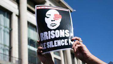 Une personne tient une pancarte 'Briser le silence' lors d'une manifestation au Havre, la France, septembre 2019