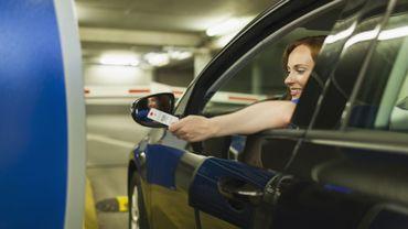 Les villes cherchent des solutions pour garer leurs voitures.