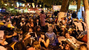 Des milliers de personnes en camping improvisé dans l'attente d'entendre le pape au Paraguay.