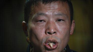 Li Bingcai, agriculteur de la province du Sichuan, bichonne ses créatures à six pattes