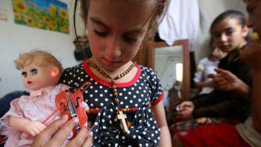 Christina, une fillette enlevée il y a trois ans par le groupe jihadiste Etat islamique (EI), retrouve ses parents, le 10 juin 2017 dans un camp de déplacés à Arbil