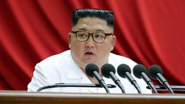 Photo prise le 30 décembre 2019 publiée par l'agence officielle coréenne KCNA, le 31 décembre 2019, montrant le leader nord-coréen Kim Jong Un s'exprimant lors d'une session plénière du Comité central du Parti des travailleurs à Pyongyang