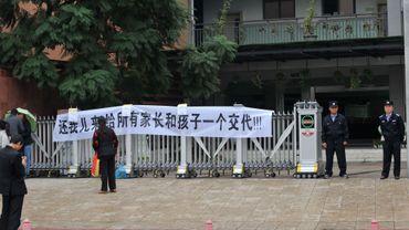 Une banderole devant l'école primaire où était scolarisé le petit garçon qui s'est suicidé