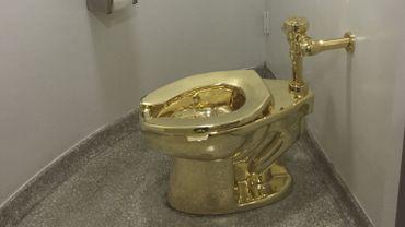 Un WC en or massif exposé au musée Guggenheim de New York