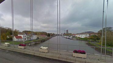 """La nappe d'hydrocarbure s'étend entre le pont de la """"rue des ponts"""" à Antoing et le pont faisant la jonction entre Chercq et Vaulx."""