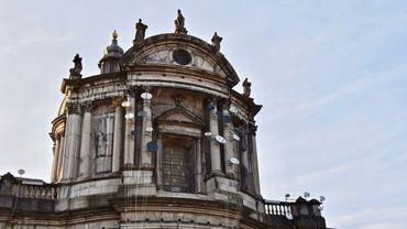 Des paraboles qui oscillent sur la façade de la Cathédrale Saint-Aubain, une oeuvre de l'artiste belgo-marocain Younes Baba Ali