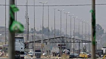 Des jihadistes de l'EIIL tiennent un point de contrôle à l'entrée de Mossoul, le 16 juin 2014
