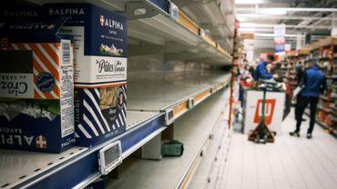 Rayon pâtes quasi vide dans un hypermarché à Givors, près de Lyon, le 13 mars 2020