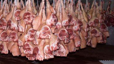 Des jambons dans une chambre froide de l'abattoir de Liège