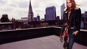 Sophie Turner présente la collection AH14-15 de Karen Millen.