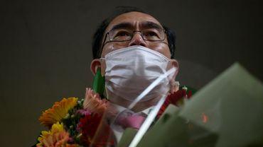 L'ancien diplomate nord-coréen Thae Yong Ho, un bouquet dans les bras après sa victoire électorale aux législatives en Corée du Sud, à Séoul le 16 avril 2020