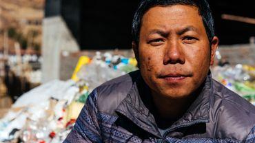 Karma Yonten a 34 ans. Il a trouvé, dans les déchets, un boulot dont il rêvait et qui fait de son pays un des plus verts de la région.