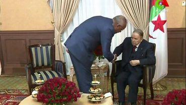 Le président Abdelaziz Bouteflika (d) serre la main de son nouveau Premier ministre, Nourredine Bedoui, sur des images diffusées le 11 mars 2019 par la télévision Canal Algérie