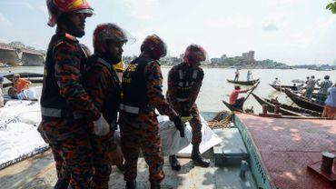 Secouristes ramenant des corps des victimes du naufrage d'un ferry à Dacca, ce 29 juin