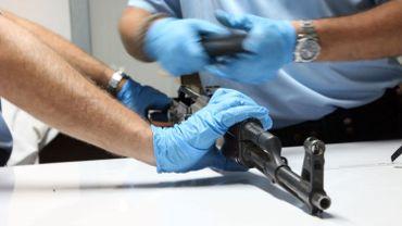 """Les armes illégales deviennent hors de prix en Belgique: le cours de la """"Kalach"""" a plus que doublé"""