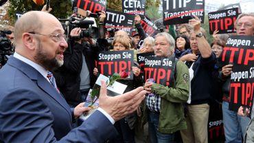 Le président social-démocrate du Parlement européen, l'Allemand Martin Schultz, devant des manifestants anti-TTIP à Berlin, le 20 septembre 2014.