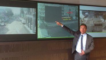Image 1: le commissaire Beaupère montre le floutage-imparfait- d'une caméra obsolète
