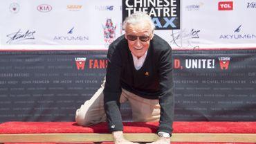 Stan Lee a reçu mardi un hommage digne de l'un des nombreux super-héros qu'il a fait naître, en mettant ses empreintes dans le ciment devant le TCL Chinese Theater d'Hollywood