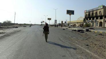 Photo d'un combattant yéménite des forces progouvernementales sur une route de Hodeida, dans l'ouest du Yémen, aux mains des rebelles Houthis, le 15 décembre 2018