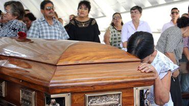 Des proches du journaliste mexicain Juan Carlos Huerta, abattu le 15 mai 2018, pleurent lors de ses funérailles au cimetière de Villahermosa au Mexique
