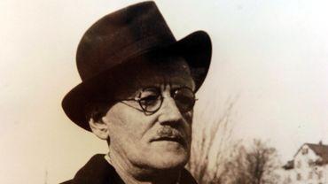 """La collection comprend près de 350 pièces, notamment un exemplaire du premier livre publié par James Joyce seul, """"The Holy Office"""", un poème satirique publié en 1904"""
