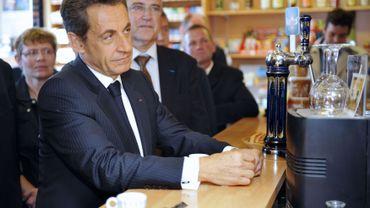 Nicolas Sarkozy lors de sa visite dans le bar