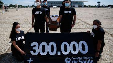 Des professionnels de la santé brésiliens protestent à l'annonce des 300.000 morts causés par le coronavirus