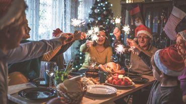 On se limite à un ou deux verres de vin et une ou deux coupes de champagne. On pense aussi à boire beaucoup d'eau avant, pendant le repas et le lendemain pour éviter la gueule de bois.