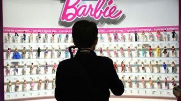 Une femme devant un étal Barbie à New York, le 14 février 2010