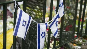 drapeaux israéliens devant le musée juif de Bruxelles