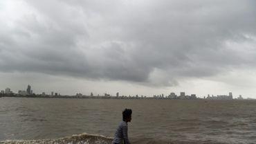 Des nuages s'accumulent au-dessus de Bombay à l'approche du cyclone Vayu, le 12 juin 2019