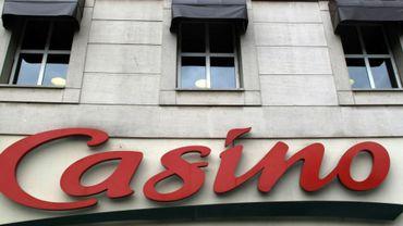 Le logo du groupe Casino sur le fronton d'un supermarché de Paris