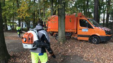 Souffleuse et aspirateurs en action dans le parc du Cheneau à Braine-l'Alleud