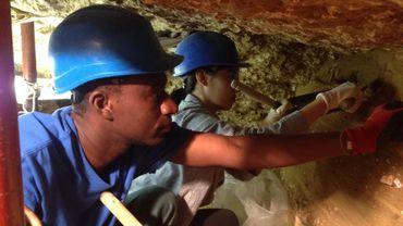 Les jeunes ont vite adopté les gestes précis des archéologues