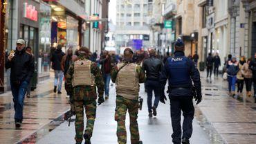 Les services de sécurité français ont mobilisé 800 personnes sur l'enquête des attentats de Paris, 300 enquêteurs sont mobilisés côté belge.