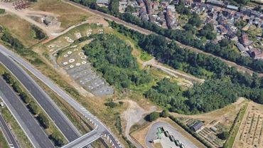 Une vue aérienne des mares à crapauds calamites, entre autoroute et chemin de fer, à l'arrière du parc à conteneurs