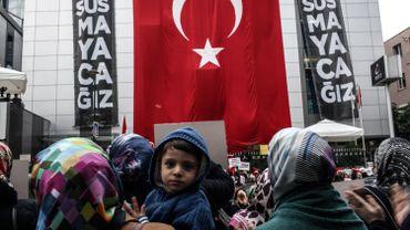 Des employés et des sympathisants du journal Bugun newspaper et de la télévision Kanalturk protestent à Istanbul.