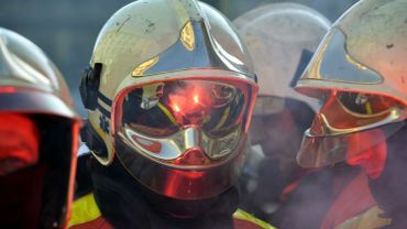 Un véhicule de pompiers prend feu et déclenche un incendie dans un champ à Florennes
