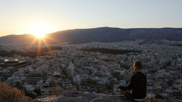 Un homme médite sur une colline surplombant Athènes, le 7 septembre 2017