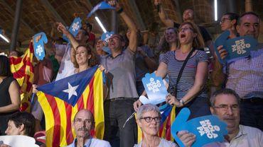 """Des Catalans applaudissent le lancement officiel de la campagne pour le """"oui"""" au référendum d'autodétermination, le 14 septembre 2017 à Tarragone"""