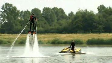 Le flyboard consiste à utiliser un jetski dont l'eau rejetée est canalisée dans un tuyau de 15 à 20 mètres de long