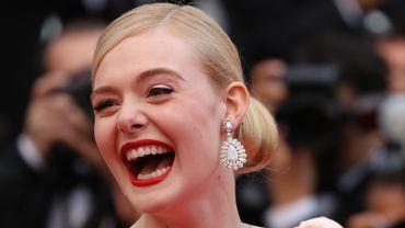 Les diamants sont les meilleurs amis des femmes, et ce n'est pas Elle Fanning qui dira le contraire. La belle arborait de sublimes boucles d'oreilles Chopard pour la première montée des marches. Cannes, le 14 mai 2019.