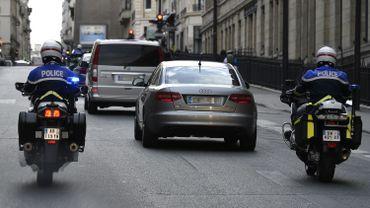 Salah Abdeslam escorté par la police lors de son transfert vers le Palais de Justice de Bruxelles