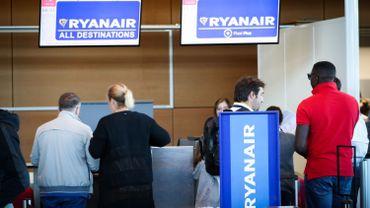 Des passagers Ryanair s'enregistrent à Charleroi.
