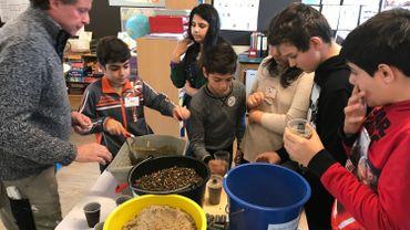 Autour d'un professionnel de la construction, les enfants apprennent à faire du béton