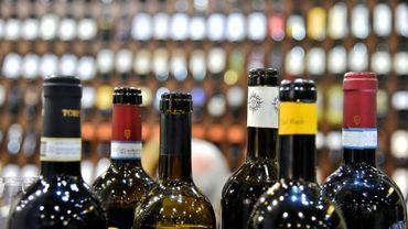 Des bouteilles de vin exposées à Vinitaly, le 10 avril 2016 à Vérone, en Italie